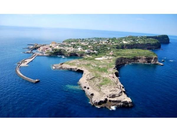 Ventotene l'isola sospesa tra storia e natura...